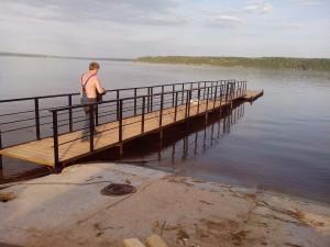 Пирс на винтовых сваях в деревне Мостовая
